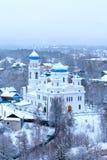Una vista della cattedrale orthodoxal russa medievale nevosa di ascensione in una cittadina nell'inverno fotografia stock libera da diritti