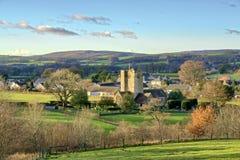 Una vista della chiesa e del villaggio di St Bartholomew di Barbon immagine stock libera da diritti