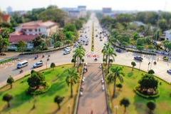 Una vista della città da sopra dai portoni centrali nello stile del tiltshift fotografie stock