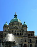 Una vista della costruzione e della fontana legislative, Victoria Fotografia Stock Libera da Diritti