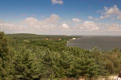 Una vista della foresta ed il Mar Baltico costeggiano Fotografia Stock