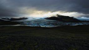 Una vista della laguna glaciale di Fjallsarlon un giorno nuvoloso immagine stock