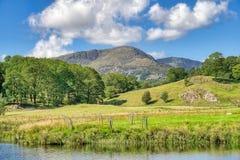 Una vista della montagna ha chiamato Wetherlam da Elterwater fotografia stock libera da diritti