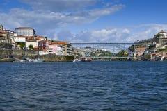 Una vista della parte storica del ponte di Dom Luis e di Oporto fotografia stock