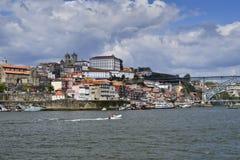 Una vista della parte storica di Oporto fotografie stock