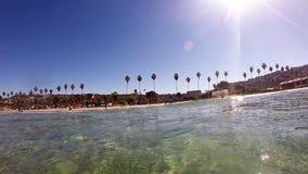 Una vista della spiaggia dall'acqua archivi video