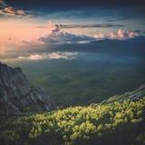 Una vista della valle della montagna con le nuvole variopinte Styliz di Instagram Fotografie Stock