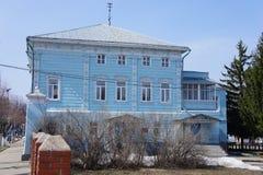 Una vista della via con una casa di legno residenziale in una città provinciale di Zarajsk, regione di Mosca Immagine Stock