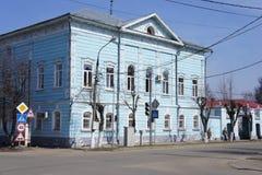 Una vista della via con una casa di legno residenziale in una città provinciale di Zarajsk, regione di Mosca Fotografie Stock Libere da Diritti