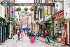 Una vista della via di Stonegate a York, Inghilterra Immagini Stock Libere da Diritti