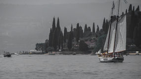 Una vista delle alpi alla polizia del lago Fotografia Stock Libera da Diritti