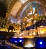 Candele di preghiera e l'altare Immagini Stock