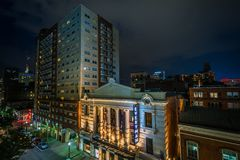 Una vista delle costruzioni sulla via di Fayette alla notte, a Baltimora del centro, Maryland immagine stock libera da diritti