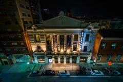 Una vista delle costruzioni sulla via di Fayette alla notte, a Baltimora del centro, Maryland fotografia stock