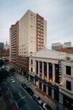 Una vista delle costruzioni sulla via di Fayette, a Baltimora del centro, Maryland fotografia stock libera da diritti