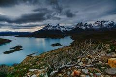 Una vista delle montagne e del lago durante il tramonto nel parco nazionale di Torres del Paine Autunno nella Patagonia, Immagine Stock