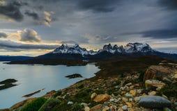 Una vista delle montagne e del lago durante il tramonto nel parco nazionale di Torres del Paine Autunno nella Patagonia, Fotografia Stock