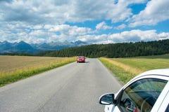 Una vista delle montagne e della strada principale di Tatra di estate Fotografia Stock