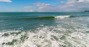 Una vista delle onde dello smeraldo che spumano Shevelev stock footage
