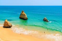 Una vista delle rocce sulla bella spiaggia di Alvor Fotografia Stock