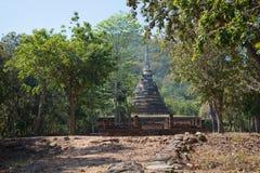Una vista delle rovine del tempio buddista antico Wat Chedi Ngarm Vicinanza della città di Sukhothai thailand immagine stock