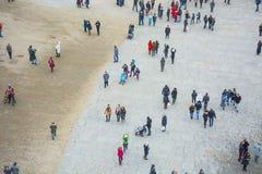 Una vista desde arriba de un cuadrado de ciudad con mucha gente que camina Foto de archivo libre de regalías