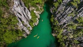Una vista desde arriba de una pequeña laguna en la cual los kajaks están flotando Fotografía de archivo libre de regalías
