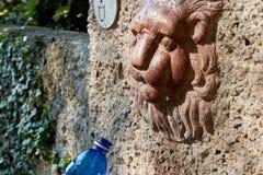 Una vista dettagliata di una fontana bronzea con acqua corrente in Salzb fotografia stock libera da diritti