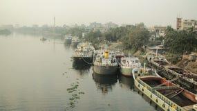 Una vista di area della riva del fiume fotografie stock