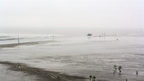 Una vista di una barca dell'industria della pesca sopra la riva Immagine Stock Libera da Diritti