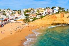 Una vista di bella spiaggia nella città di Carvoeiro Immagini Stock Libere da Diritti