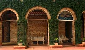 Una vista di bello palazzo di Bangalore con gli ornamenti del rampicante fotografia stock libera da diritti
