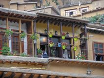 Una vista di una casa di legno nella città storica di Masouleh, fiori del geranio ha sistemato in portico della casa, Iran, Gila fotografie stock