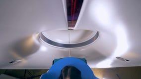 Una vista di cui sopra su una donna che lascia un analizzatore di CT a stock footage
