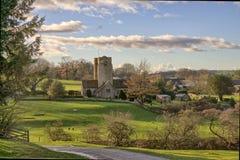 Una vista di una vista della chiesa e del villaggio di St Bartholomew di Barbon fotografia stock