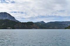 Una vista di una diga idroelettrica da un lago immagini stock libere da diritti