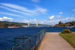 Una vista di due città collegate dal ponte mobile fotografie stock