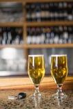 Una vista di due pinte delle chiavi dell'automobile e della birra Immagini Stock