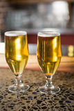 Una vista di due pinte di birra Immagine Stock
