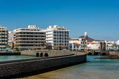 Una vista di due ponti che conducono al castello Castillo de San Gabriel di St Gabriel a Arrecife, Lanzarote Fotografia Stock