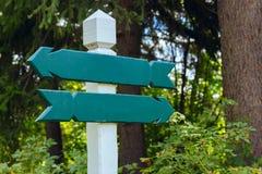 Una vista di due segni direzionali di legno Immagini Stock