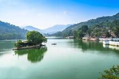 Una vista di estate del lago di Bhimtal Immagine Stock