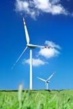 Una vista di estate di due turbine di vento Immagini Stock
