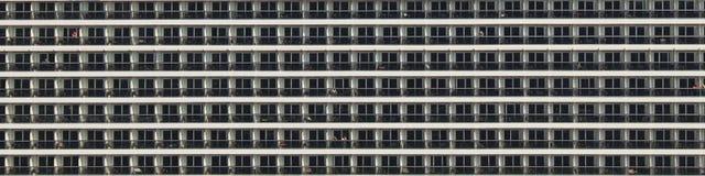 Una vista di molti balconi di una nave da crociera fotografie stock