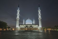 Una vista di notte alla moschea blu, Shah Alam, Malesia Immagine Stock