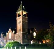 Una vista di notte di una chiesa e di un campanile fotografie stock