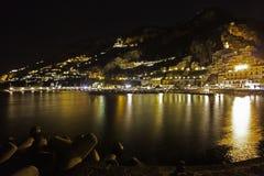 Una vista di notte del amalfitana di costiera Immagine Stock