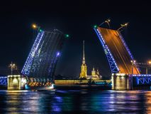 Una vista di notte del ponte del palazzo fotografia stock libera da diritti