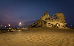 Una vista di notte della scultura di Jatayu fotografia stock libera da diritti