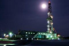 Una vista di notte di una perforazione della torre in Siberia Immagine Stock Libera da Diritti